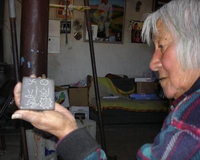 Grand-Père Martin avec une copie d'une tablette Hopi